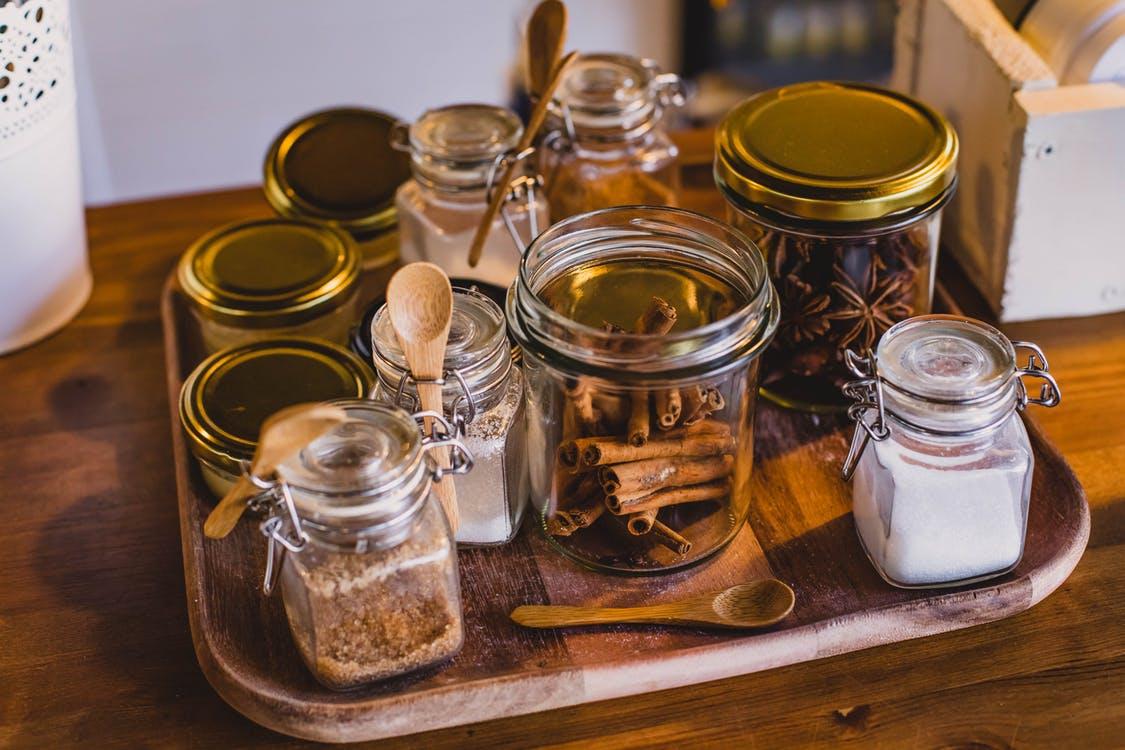 Bandeja de cocina con tarros con canela