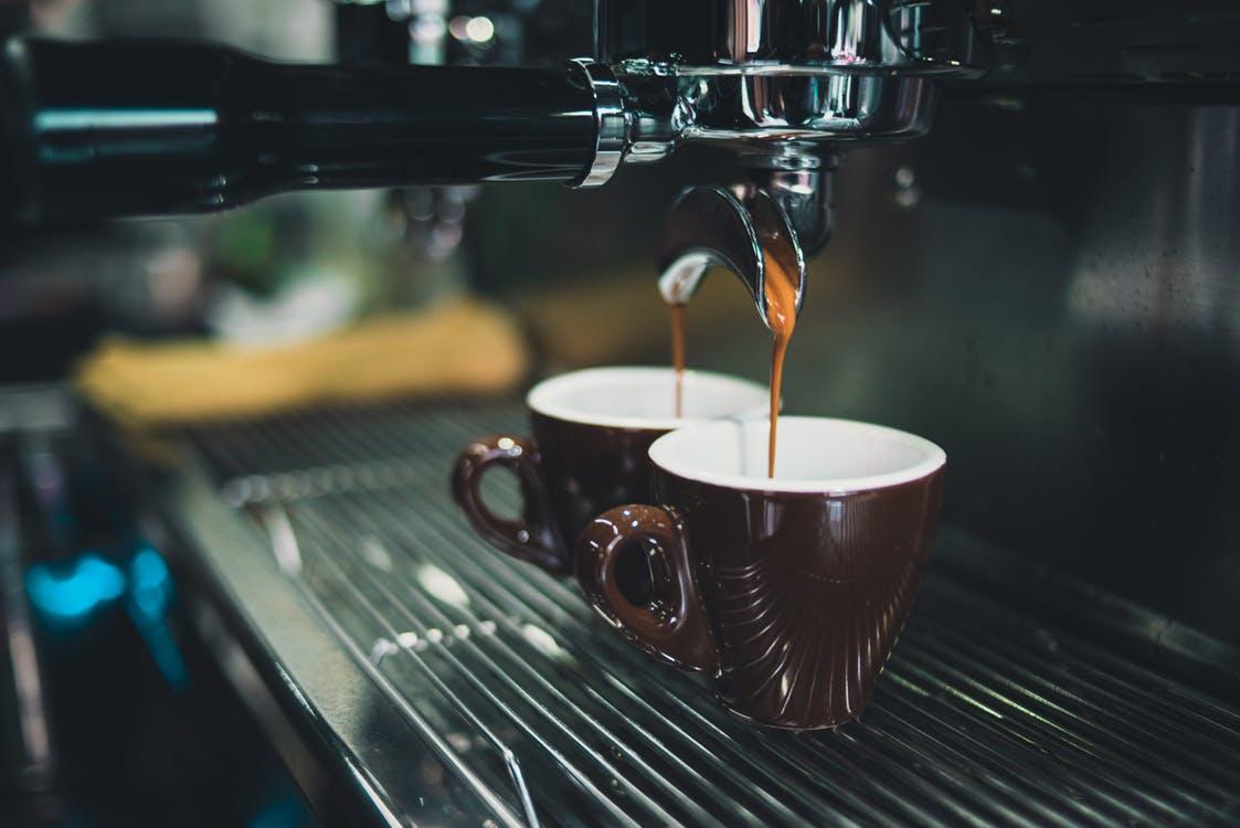 Cafetera industrial con dos tazas de café
