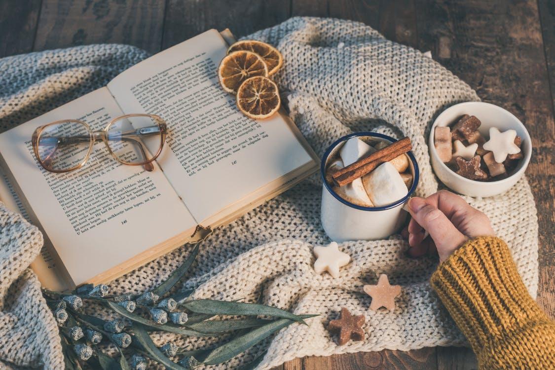 Leyendo con palitos de canela y café