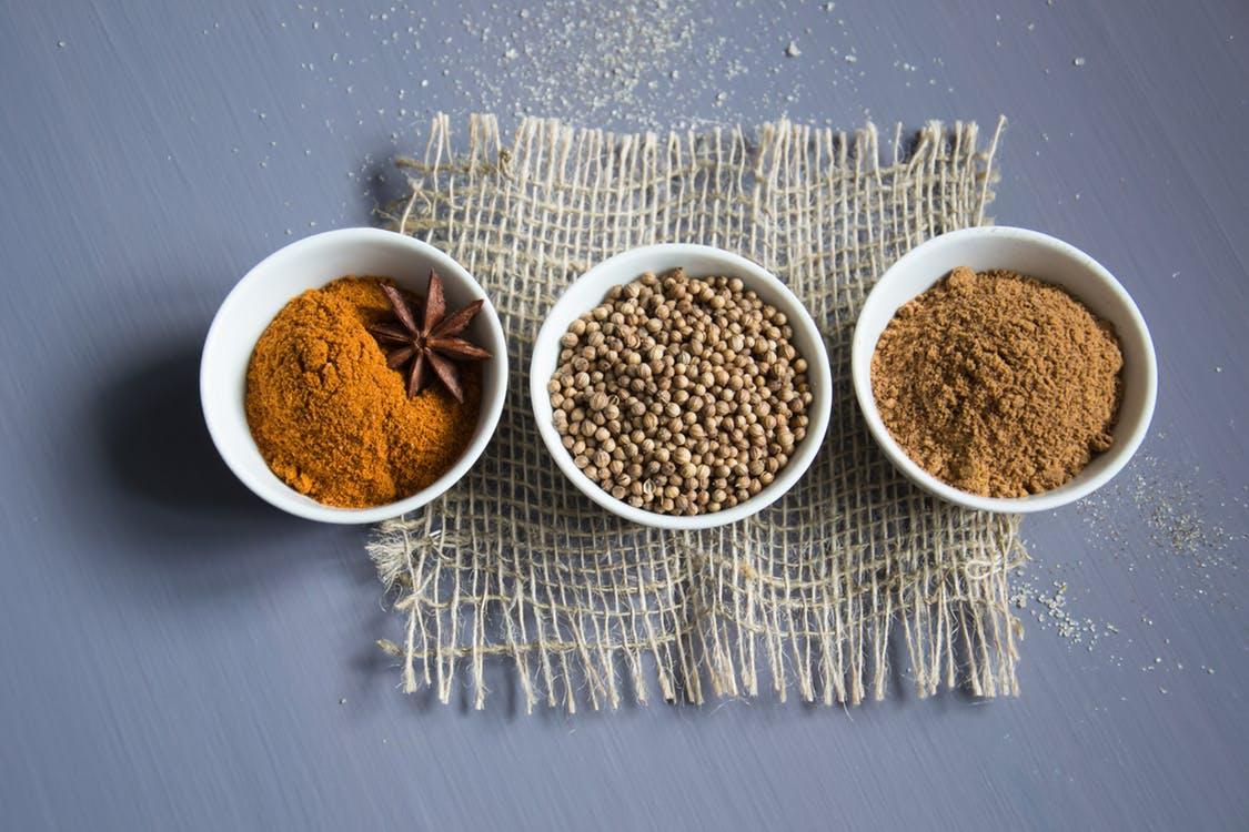 Tarros con canela e ingredientes como el jengibre