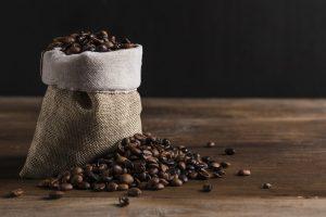 Bolsa de arpillera con granos de café