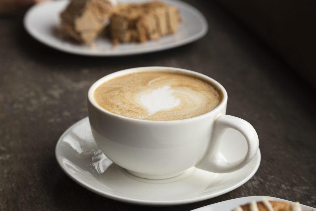 Café con leche en una taza