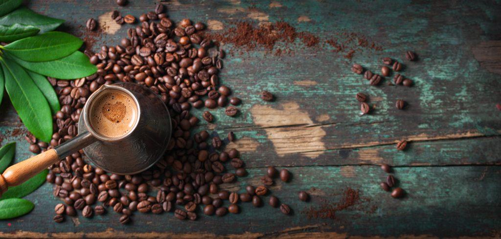 Vista aérea granos de café en una mesa