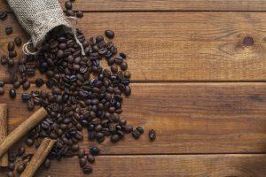 bolsa de granos de café en la mesa