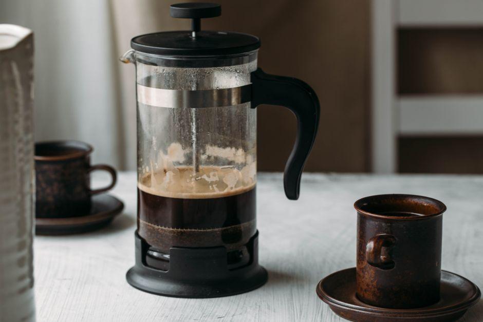 prensa francesa con taza de café