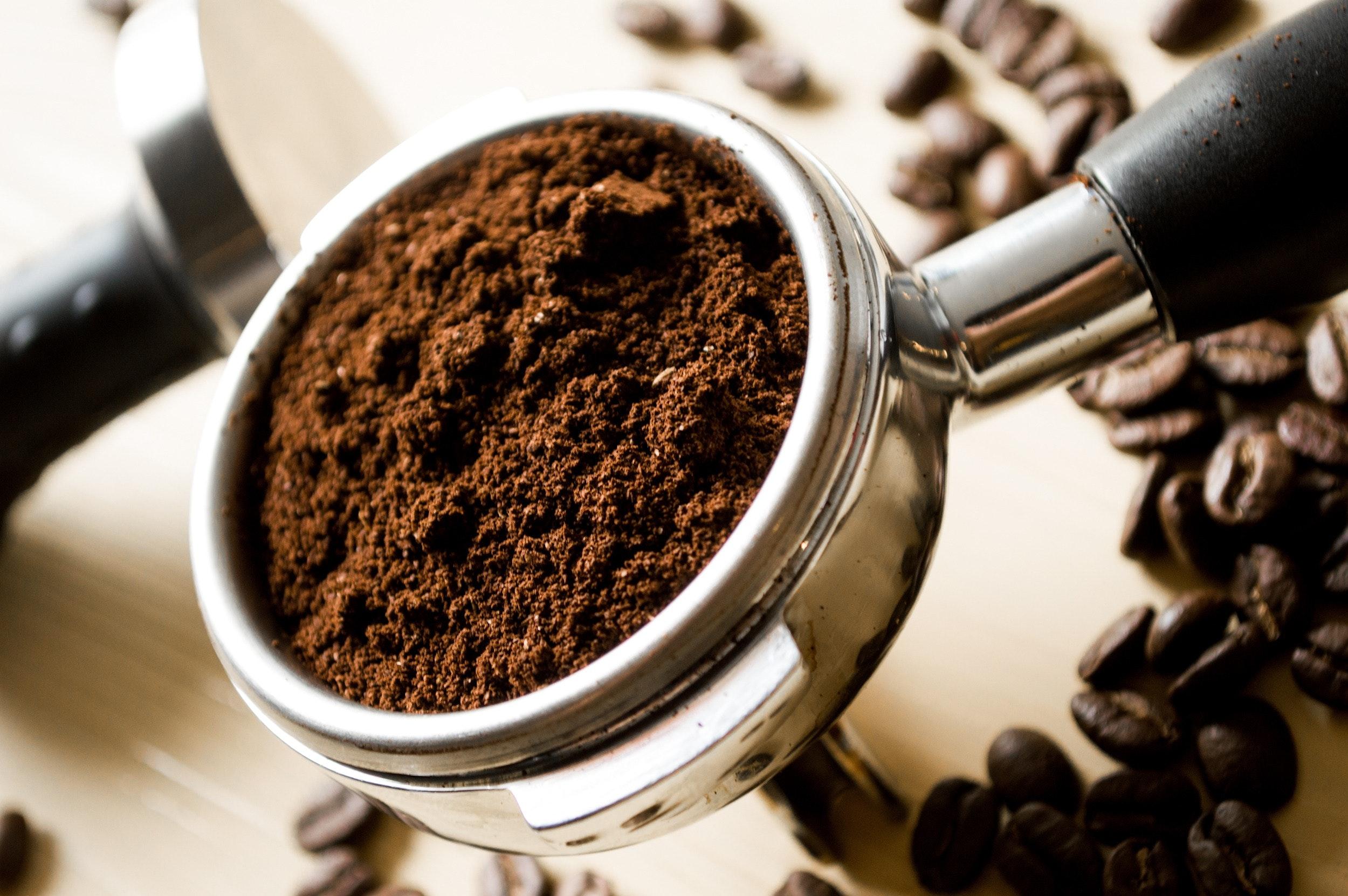 granos de café molidos