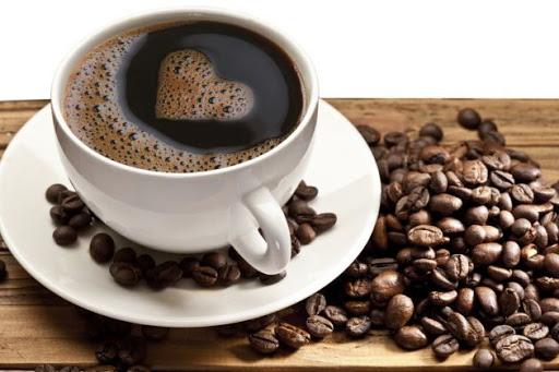 café con espuma en forma de corazón