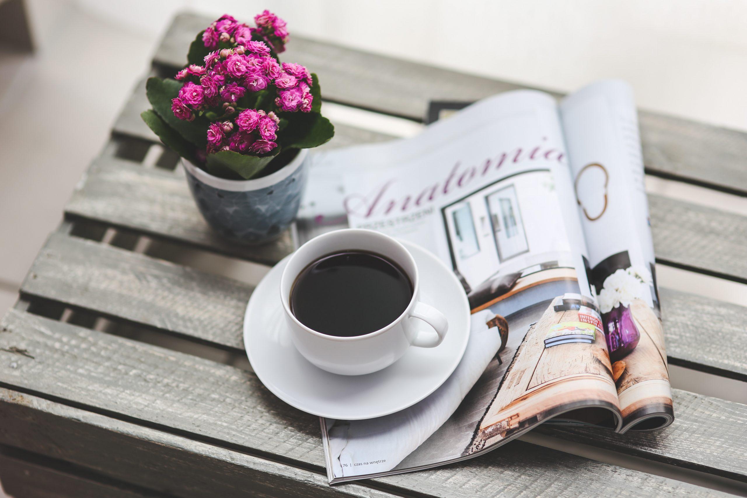 taza de café sobre una revista