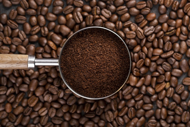 granos de café en un colador
