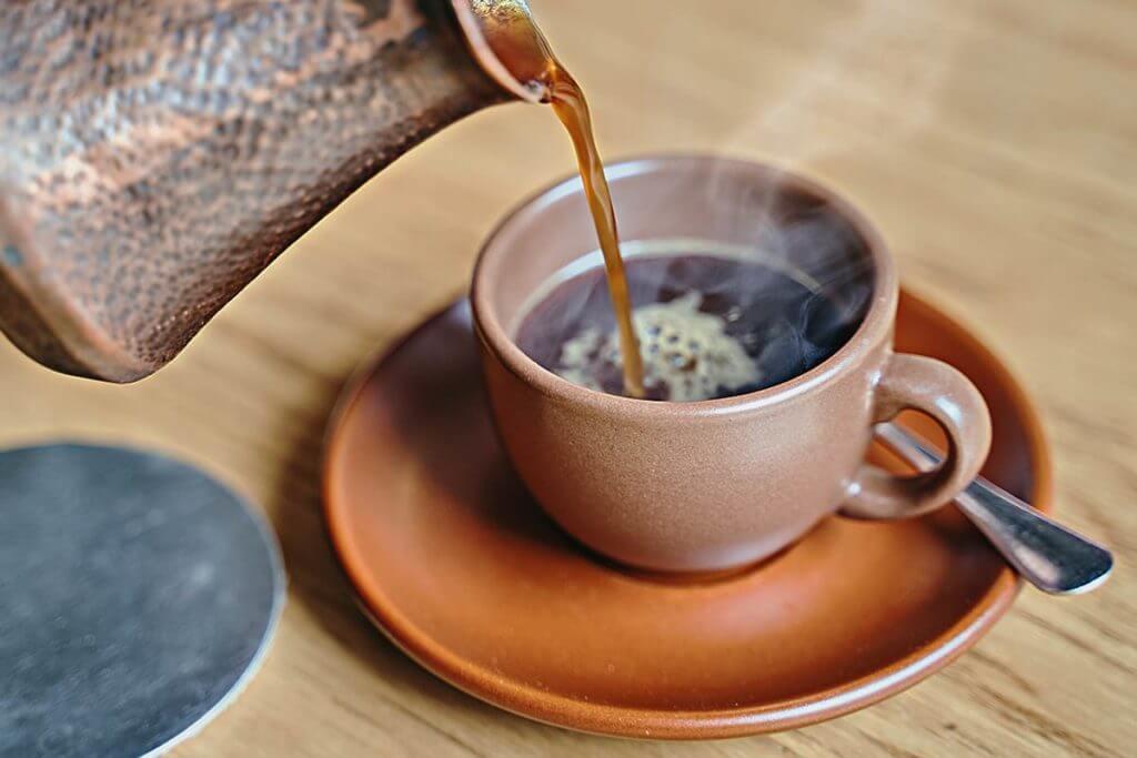 jarra sirviendo café