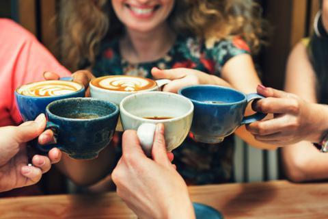 personas haciendo brindis de café