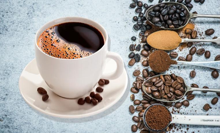 taza de café con cucharas con ingredientes para el café
