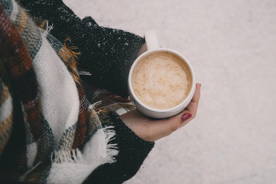 taza de café en un día de frío