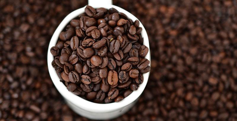 taza de café con granos de café