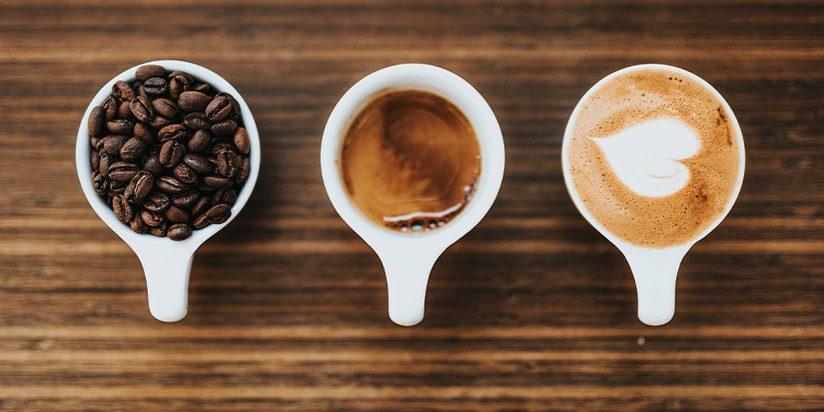 tazas de café con leche con granos de café