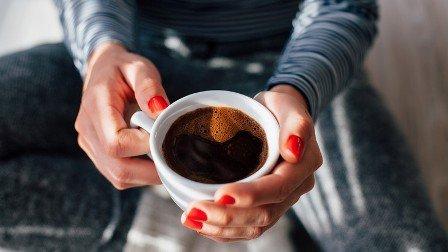 una persona con una taza de café