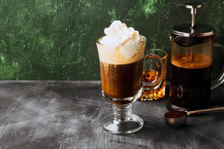 vaso-cafe-irlandes_freepik-cafemalist