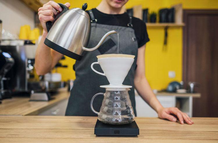 Qué es un barista-vertiendo-agua-caliente-sobre-filtro-cafe-Cafemalist
