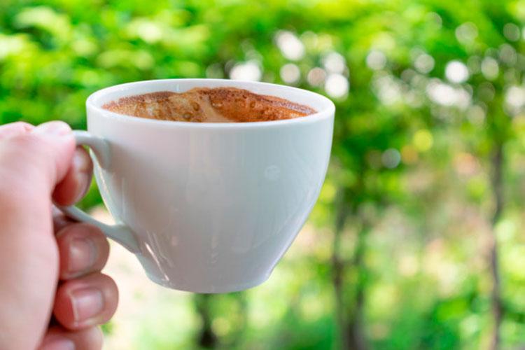 cuánta cafeína tiene una taza de café - cafemalist