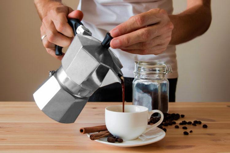 verter-cafe-cafeteras-italianas-cafemalist